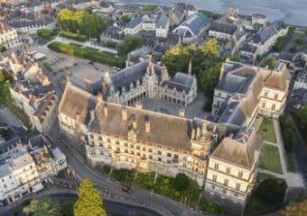 Blois : vue aérienne sur la ville et la Loire au petit matin