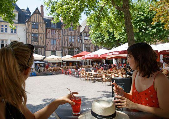 Tours : femmes à une terrasse de café sur la place Plumereau.
