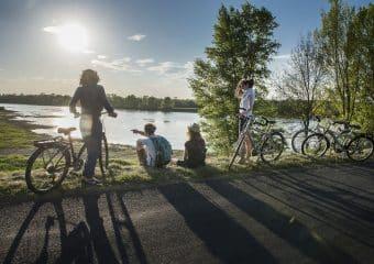 Groupe de personnes à vélo regardant vers la Loire